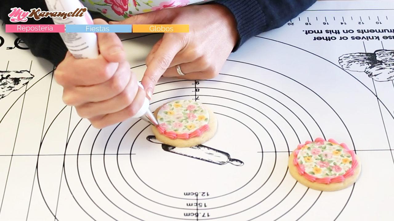Pegar papel de azúcar y obleas a galletas