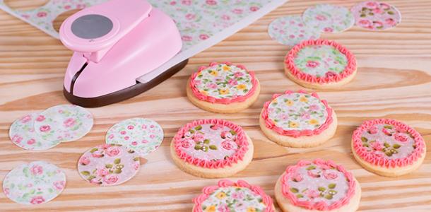 Pegar obles y papel de azúcar en galletas